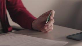 Getrennt auf weißem background ablage Geschäftsmann hält eine Kreditkarte in seiner Hand bei der Anwendung oder dem Schreiben der stock video footage