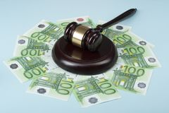 Getrennt auf weißem background Künstlerisches Konzept auf Korruption in der Gesellschaft Richterhammer und -Bargeld auf Holztisch Lizenzfreie Stockbilder