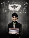 Getrennt auf weißem Hintergrund Genie-Junge, der die Bücher tragen Gläser, Kreide hält Stockfoto