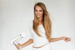 Getrennt auf weißem Hintergrund mit Ausschnittspfad Frau, die schönes blondes langes gerades Haar trocknet Stockfotos