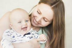 Getrennt auf weißem Hintergrund Mutter und bab stockbilder
