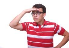 Getrennt, weit entferntes Rot des jungen Mannes schauend Stockfotos