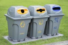 Getrennte überschüssige Behälter für Abfall Stockfoto