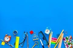 getrennte alte Bücher Briefpapier für Schulschülermodell mit Gläsern und Notizbuch auf Draufsicht des blauen Hintergrundes kopier Lizenzfreies Stockfoto