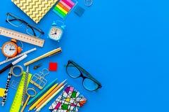 getrennte alte Bücher Briefpapier für Schulschülermodell mit Gläsern und Notizbuch auf Draufsicht des blauen Hintergrundes kopier Lizenzfreies Stockbild