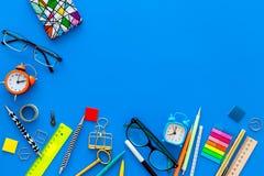 getrennte alte Bücher Briefpapier für Schulschülermodell mit Gläsern und Notizbuch auf Draufsicht des blauen Hintergrundes kopier Lizenzfreie Stockfotos