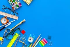 getrennte alte Bücher Briefpapier für Schulschülermodell mit Gläsern und Notizbuch auf Draufsicht des blauen Hintergrundes kopier Lizenzfreie Stockfotografie