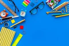 getrennte alte Bücher Briefpapier für Schulschülermodell mit Gläsern und Notizbuch auf Draufsicht des blauen Hintergrundes kopier Stockfoto