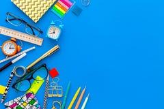 getrennte alte Bücher Briefpapier für Schulschülermodell mit Gläsern und Notizbuch auf Draufsicht des blauen Hintergrundes kopier Stockfotografie
