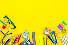 getrennte alte Bücher Briefpapier für Schulschülermodell mit Gläsern und Notizbuch auf Draufsicht des gelben Hintergrundes kopier Stockbild