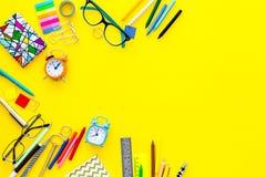 getrennte alte Bücher Briefpapier für Schulschülermodell mit Gläsern und Notizbuch auf Draufsicht des gelben Hintergrundes kopier Stockfoto