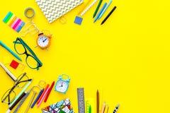 getrennte alte Bücher Briefpapier für Schulschülermodell mit Gläsern und Notizbuch auf Draufsicht des gelben Hintergrundes kopier Stockbilder