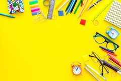 getrennte alte Bücher Briefpapier für Schulschülermodell mit Gläsern und Notizbuch auf Draufsicht des gelben Hintergrundes kopier Lizenzfreies Stockfoto