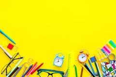 getrennte alte Bücher Briefpapier für Schulschülermodell mit Gläsern und Notizbuch auf Draufsicht des gelben Hintergrundes kopier Stockfotos