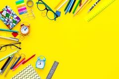 getrennte alte Bücher Briefpapier für Schulschülermodell mit Gläsern und Notizbuch auf Draufsicht des gelben Hintergrundes kopier Lizenzfreie Stockfotos