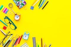 getrennte alte Bücher Briefpapier für Schulschülermodell mit Gläsern und Notizbuch auf Draufsicht des gelben Hintergrundes kopier Lizenzfreie Stockbilder