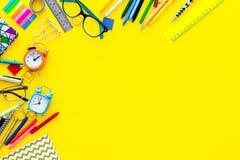 getrennte alte Bücher Briefpapier für Schulschülermodell mit Gläsern und Notizbuch auf Draufsicht des gelben Hintergrundes kopier Stockfotografie
