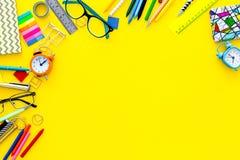 getrennte alte Bücher Briefpapierrahmen mit Gläsern und Notizbuch auf Draufsicht des gelben Hintergrundes kopieren Raum Lizenzfreies Stockbild