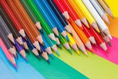 getrennte alte Bücher Farbige Bleistifte auf Pappe Stockbilder