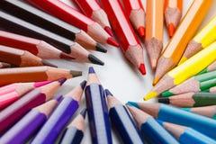 getrennte alte Bücher Farbige Bleistifte auf Weiß Lizenzfreie Stockbilder