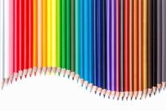 getrennte alte Bücher Farbige Bleistifte auf Weiß Stockbilder