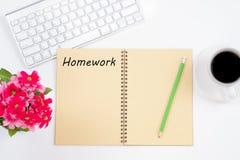 getrennte alte Bücher Hausarbeitmitteilung auf Notizbuch mit Tastatur, p Lizenzfreies Stockbild