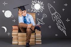 getrennte alte Bücher Junge, der von der Raumfahrt träumt Lizenzfreie Stockfotos