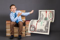 getrennte alte Bücher Junger Geschäftsmann sagt und demonstriert wie Stockfotografie