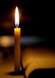 getrennte alte Bücher Kerzen Licht mit unscharfem Buchhintergrund herein Lizenzfreie Stockfotografie