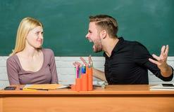 getrennte alte Bücher Kommunikation zwischen Gruppenkameraden Freundschaft und Beziehungen Kompromisslösung Collegebeziehungen stockfoto
