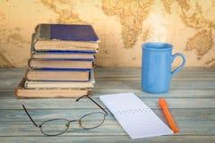 getrennte alte Bücher Leere Notizbuchseite auf Retro- Kartenhintergrund Lizenzfreie Stockfotos