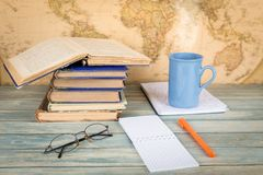 getrennte alte Bücher Leere Notizbuchseite auf Retro- Kartenhintergrund Lizenzfreies Stockfoto