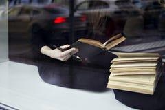 getrennte alte Bücher Nahaufnahme von Büchern in den Händen Zwei Frauen nähern sich Fenster in einer Bibliothek Lizenzfreie Stockfotografie