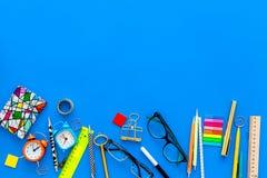 getrennte alte Bücher Schule- oder Student ` s Briefpapiermodell mit Gläsern und Notizbuch auf Draufsicht des blauen Hintergrunde Lizenzfreies Stockbild