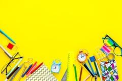 getrennte alte Bücher Schule- oder Student ` s Briefpapiermodell mit Gläsern und Notizbuch auf Draufsicht des gelben Hintergrunde Lizenzfreie Stockfotos