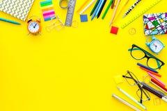getrennte alte Bücher Schule- oder Student ` s Briefpapiermodell mit Gläsern und Notizbuch auf Draufsicht des gelben Hintergrunde Stockbild