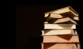 getrennte alte Bücher Stapel Bücher auf dunklem Hintergrund Stockfoto