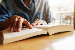 getrennte alte Bücher Student, der Campusbetrug studiert und gedanklich löst Stockbild
