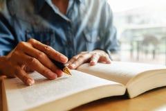 getrennte alte Bücher Student, der Campusbetrug studiert und gedanklich löst Lizenzfreies Stockbild