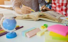 getrennte alte Bücher Studenten, die Campus Co studieren und gedanklich lösen Stockbilder