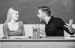 getrennte alte B?cher Kommunikation zwischen Gruppenkameraden Freundschaft und Beziehungen Kompromissl?sung Collegebeziehungen stockfoto