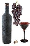 Getrennte alte Flasche Wein mit einem vollen Becher Wein, Weintraube und Korken Lizenzfreie Stockbilder