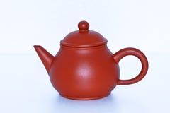 Getrennte braune keramische Teekanne Stockfotografie