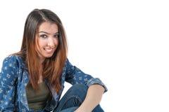 Getrennte junge Dame der Freizeitkleidung, die auf weißem Hintergrund einladend schaut Lizenzfreie Stockfotografie
