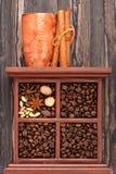 Getrennte Kaffeetasse auf schwarzem Hintergrund, Hände, die Tasse Kaffee und Abschluss eines Tasse Kaffees mit Kaffeebohnen aufne Stockbilder