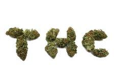 Getrennte Marihuanaknospe buchstabiert THC Lizenzfreie Stockfotos