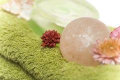 Getrennte Nahaufnahme der Badekurorttücher, -seifen und -blumen Stockbild