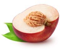 Getrennte Nektarine Hälfte der Nektarinenfrucht mit den Blättern lokalisiert auf weißem Hintergrund mit Beschneidungspfad Lizenzfreie Stockfotografie