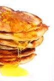 Getrennte Pfannkuchen mit Honig Lizenzfreies Stockbild