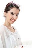 Getrennte schöne Brillen auf Hauptbuch des jungen Mädchens Leseauf weißem Hintergrund Stockfoto